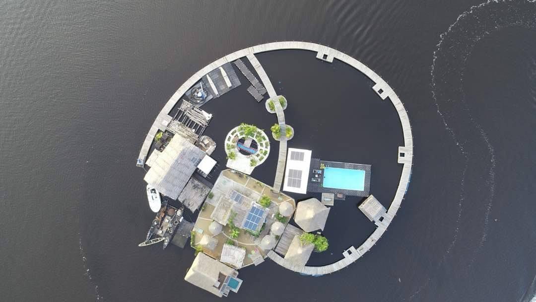 L'île flottante, un hôtel-restaurant singulier à Abidjan